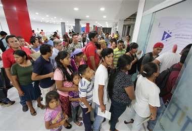 En el Segip se evidencia una larga fila de personas en busca de renovar su cédula de identidad. Foto Hernán Virgo