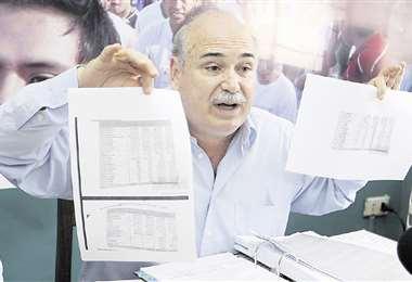 Alberto Lozada mostró ayer en conferencia de prensa un informe económico en la que no aparece como deudor, sí como acreedor . Foto: FUAD LANDÍVAR