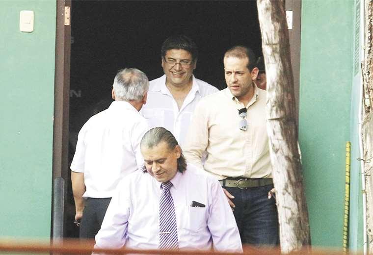 Momento en el que José Luis Camacho (camisa crema) baja por las escaleras de la Felcc, luego de que la audiencia se suspendiera. Foto: Rolando Villegas