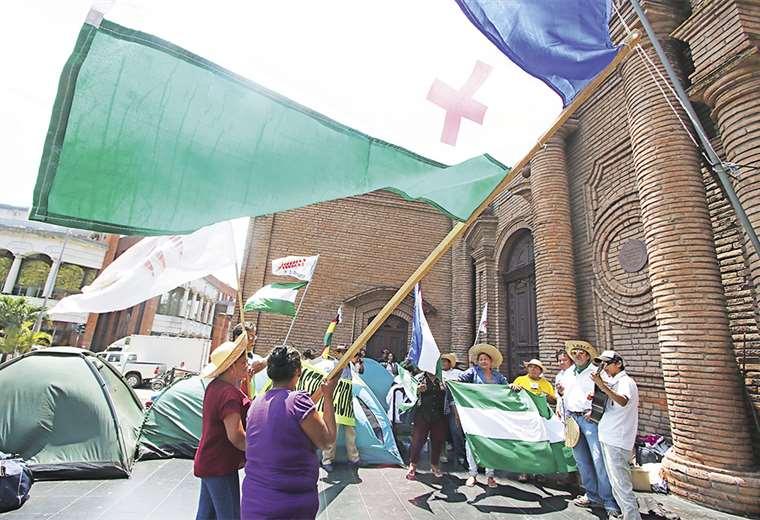Los marchistas recibían a la gente que los visitaba en el atrio de la catedral con música y baile. FOTO: HERNÁN VIRGO