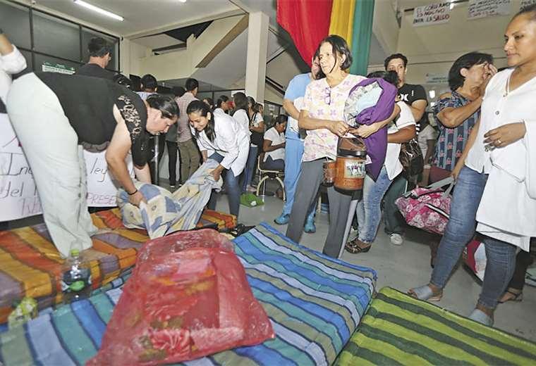 A las 20:05, los huelguistas de hambre levantaron sus cosas, luego de dictar la pausa. Foto: FUAD LANDÍVAR