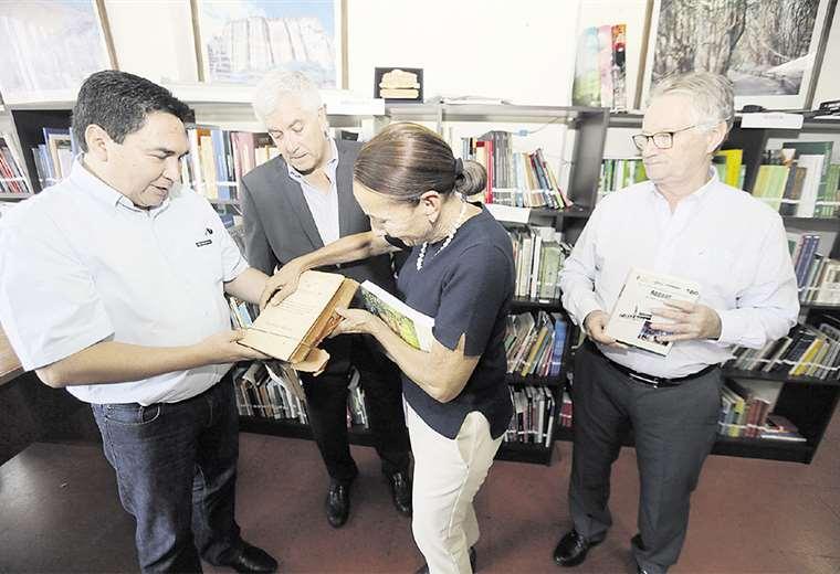 Germaín Caballero y Pedro Rivero recibieron los libros. Sarita Mansilla hizo las gestiones. Foto: FUAD LANDÍVAR