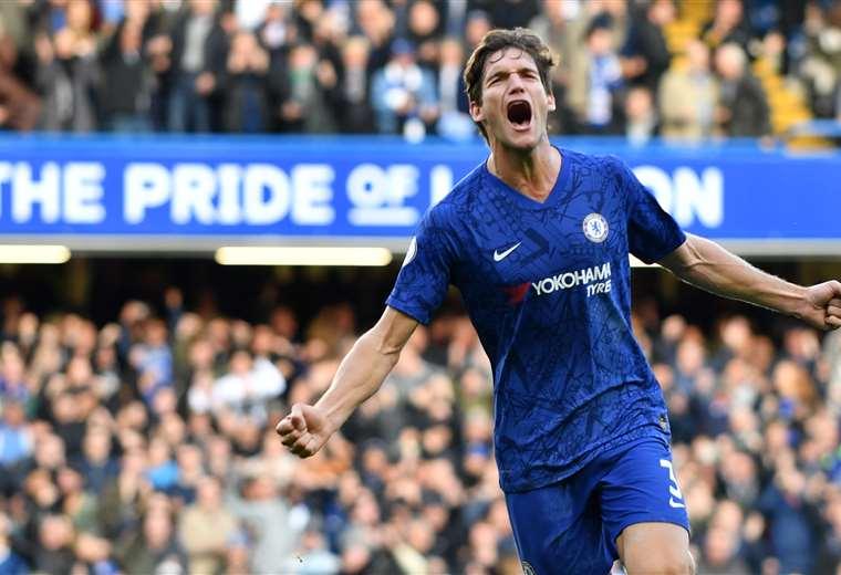 El grito de gol de Marcos Alonso tras marcar para el Chelsea. Foto: AFP