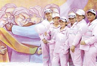 Un grupo de mujeres posa junto a la imagen que simboliza el espacio de contención. FOTO: JORGE IBÁÑEZ