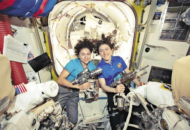 Christina Koch y Jessica Meir celebraron la exitosa operación. Foto: AFP