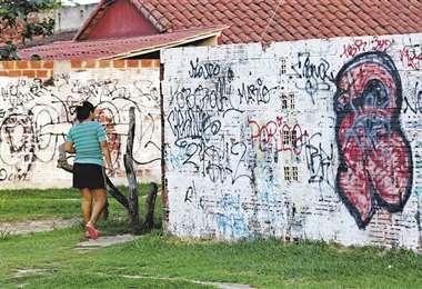 En un recorrido por el barrio Toborochi, se ven pocas cuadras sin grafitis de las pandillas. Foto: Rolando Villegas