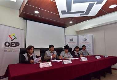 Los vocales del TSE ofrecieron una conferencia de prensa  para hablar sobre el cumplimiento del calendario electoral. Foto: APG