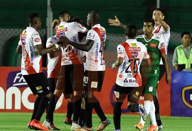 Los jugadores de Always Ready celebran el gol de Algarañaz. Foto: Jorge Uechi