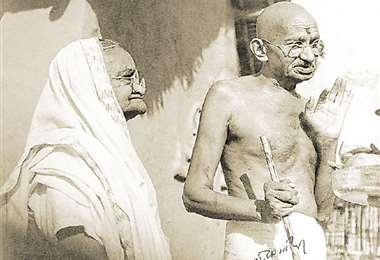 Con su esposa. Gandhi con su esposa Kasturba, que falleció mientras estaba con arresto domiciliario
