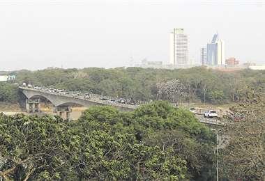 En horas pico, el actual viaducto no abastece a los vehículos, por ello se forman embotellamiento. Foto: HERNÁN VIRGO