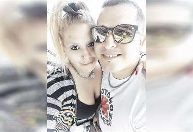 Ariana Palacios, junto a su novio Adrián, en una de sus fotos en redes. Foto: Facebook