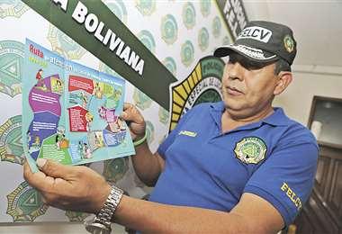 El coronel Paúl Saavedra, de la Felcv, muestra la ruta de atención que debe seguir una víctima. Foto: FUAD LANDIVAR