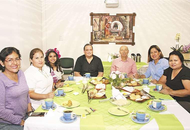 En la mesa. Geovanna Terceros, Zarka Israel, Camila Vargas, Rubens Barbery, Juan Carlos Rivero, Daira Duque y Eggi Menacho. Ángel Farell. Fotos