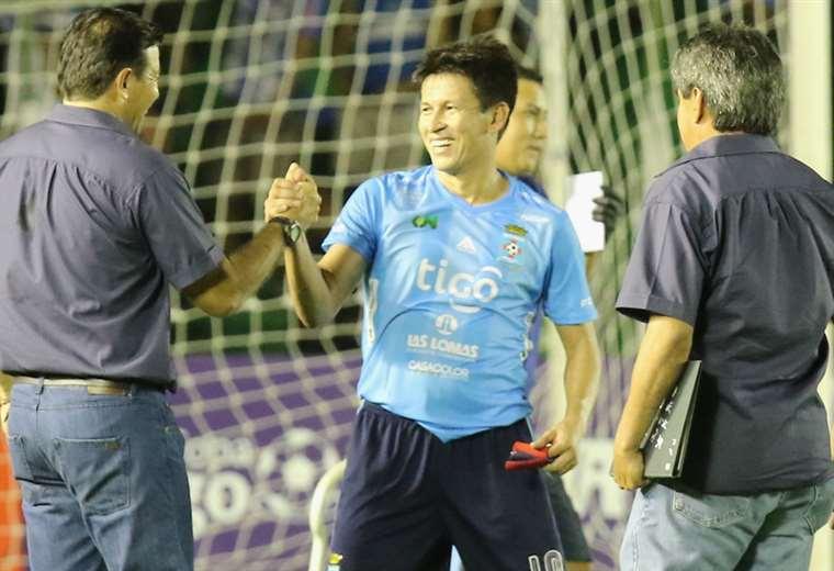 Joselito Vaca se saluda con Erwin Sánchez en el Tahuichi. Foto. Rolando Villegas