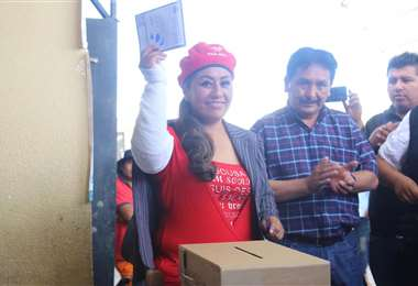 La candidata votó con una boina de su partido PAN-BOL. Foto APG