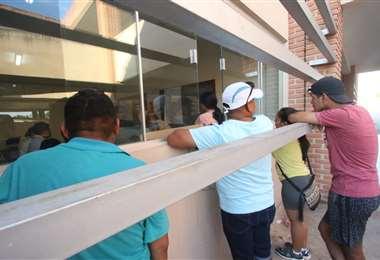 La gente se quedó en los recintos a cuidar su voto. Foto Jorge Uechi