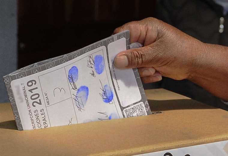 Bolivianos emiten su voto en Perú. Foto AFP
