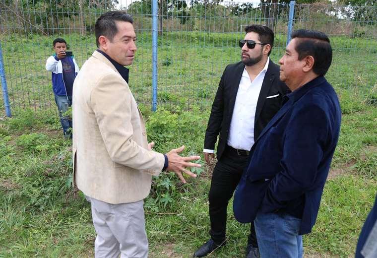 Cronembold le muestra a Salinas los terrenos para la segunda casa de la Verde. Foto: Prensa FBF