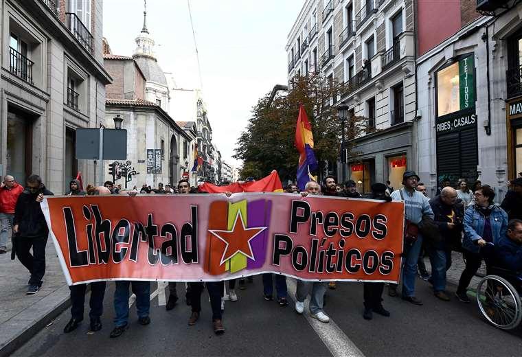 Las manifestaciones no cesan tras la sentencia de la justicia española para las exautoridades catalanas que promovieron la secesión de Cataluña. Foto: AFP