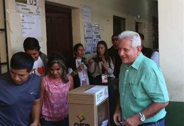 El gobernador cruceño emitió su voto en el colegio Gabriel René Moreno