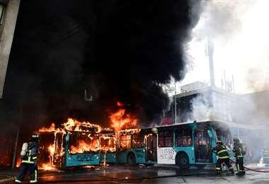 Buses quemados y comercios saqueados se pueden ver en un recorrido por las calles de las principales ciudades chilenas. Foto: AFP