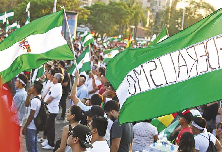 os multitudinarios cabildos realizados en Santa Cruz y La Paz contemplaron la desobediencia civil