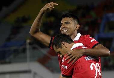 Álvarez celebra la victoria del puntero del torneo. Foto: APG