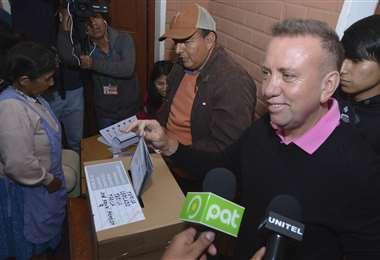 El candidato del MNR emitió voto en Tarija el domingo. Foto: APG