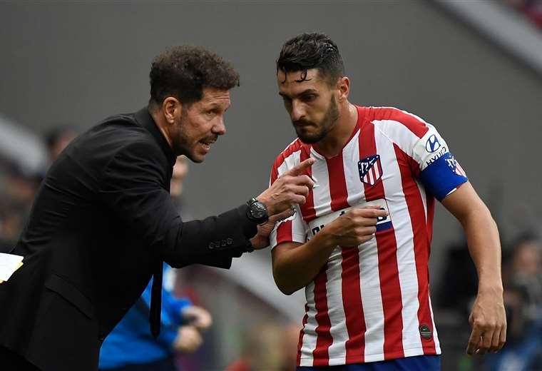 Simeone dando instrucciones a Koke, un jugador clave en su equipo. Foto: AFP