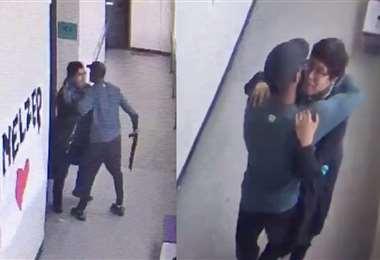 Lowe le quita el arma a su estudiante y lo abraza.
