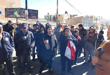 Varios ciudadanos llegaron hasta las oficinas del TED para mostrar su disconformidad por los resultados. (Foto: JC Salinas)