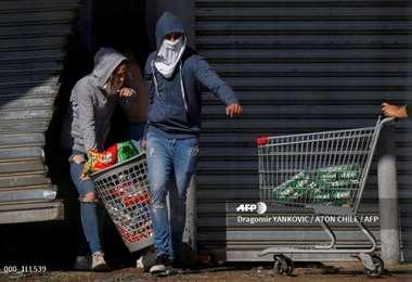 Los manifestantes quemaron vehículos, saquearon comercios y destruyeron vagones y estaciones del Metro en Santiago y otras ciudades chilenas. Foto: AFP