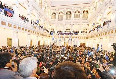 Evo Morales habló desde las gradas del Palacio Quemado. Fue arropado por su militancia, que en poca cantidad llegó al antiguo edificio. . Foto: ABI