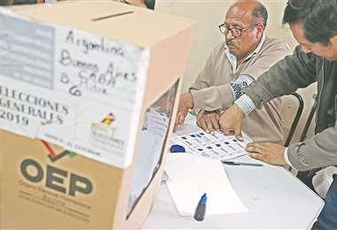 Un votante boliviano estampa su huella en los registros del Tribunal Supremo Electoral. Para los migrantes, la votación fue una fiesta democrática. Foto: AFP