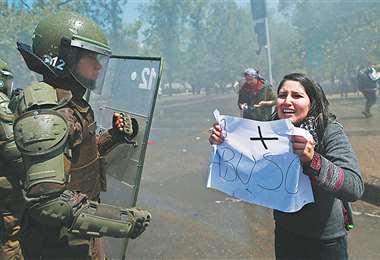 Una manifestante se enfrenta a los policías en el centro de Santiago. El conflicto se agravó. Foto: AFP