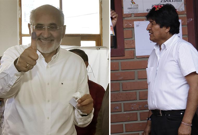 Carlos Mesa (izq.) y Evo Morales