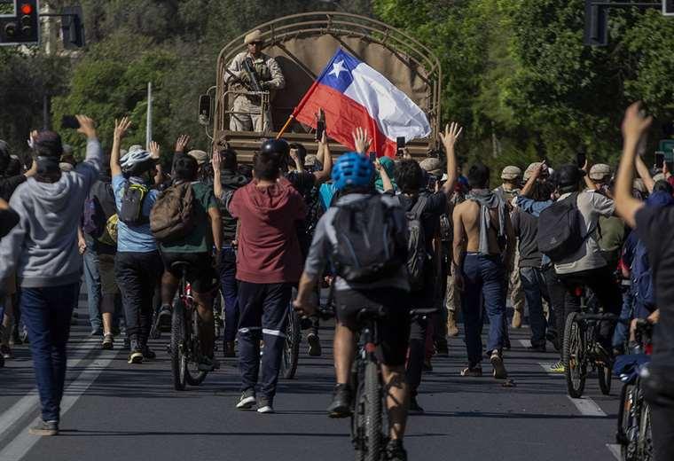 Las protestas en Santiago por el alza del pasaje en el metro han obligado a Sebastián Piñera decretar toque de queda. Foto. AFP