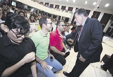 Uno de los parlamentarios brasileños habló el lunes con varios estudiantes de su país, que cursan la carrera de Medicina en la Ucebol.  Foto: HERNÁN VIRGO