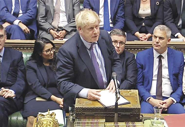 Johnson logra acuerdo del Parlamento, pero frena todo por las fechas