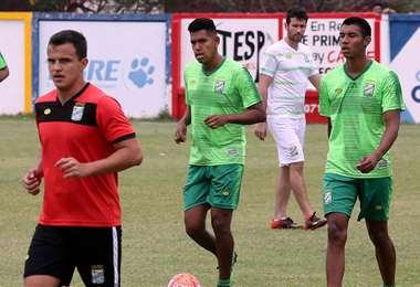 Gustavo Olguín y Brayan Calderón (dcha.), durante la práctica. Ambos pueden conformar la dupla de centrales contra el cuchuqui. Foto: Fuad Landívar