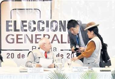 Los vocales del Órgano Electoral suspendieron la transmisión rápida de votos por casi un día. Foto: APG NOTICIAS