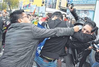 """Los dos bandos, oficialistas y opositores se convocaron para la """"defensa del voto"""". Hubo enfrentamientos entre los dos sectores. Foto: APG NOTICIAS"""