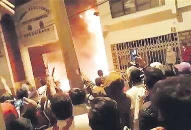Seguidores de la oposición quemaron la oficina del TED en Sucre