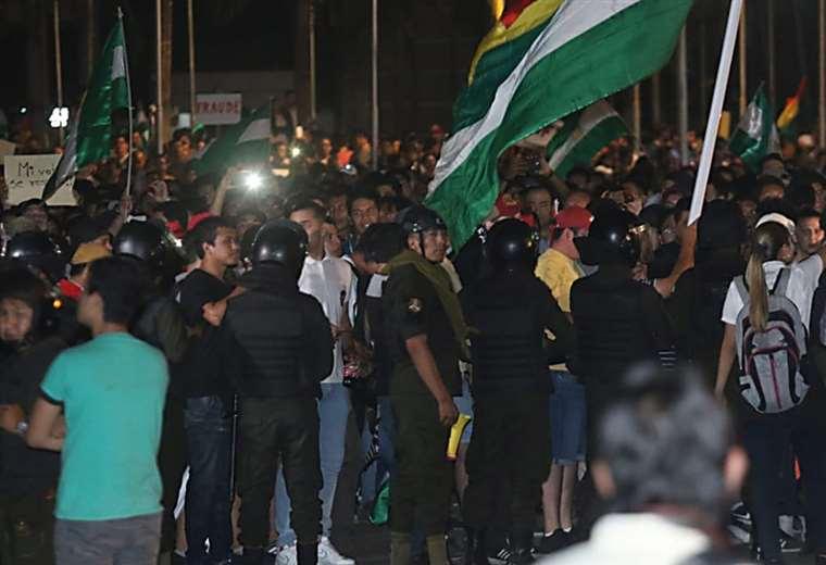 Cerca de las 22:00 una multitud de personas se mantenía fuera de Fexpocruz (Jorge Uechi)