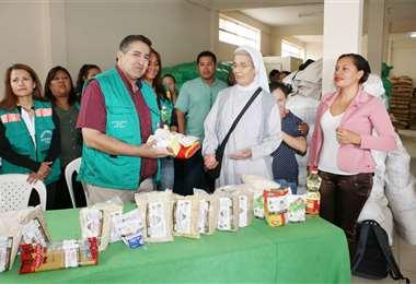 La directora de la guardería Virgen de Guadalupe recibe parte del lote