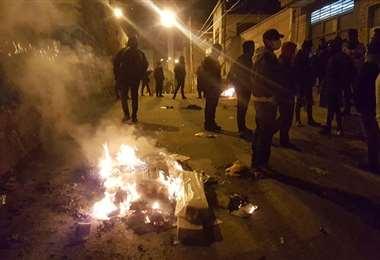 Hubo violencia la noche de este lunes en Oruro. Foto: Emilio Huáscar