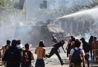 En Santiago, una masiva marcha demandó frenar la abierta represión de las Fuerzas Armadas. Foto: AFP