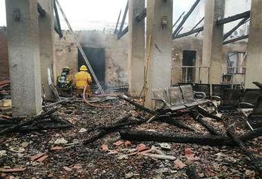 Bomberos terminando de apagar el fuego