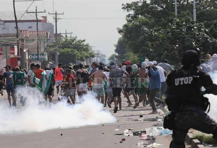 Ambiente de tensión en el Plan 3.000. La Policía gasificó a los activistas. Foto: Jorge Uechi