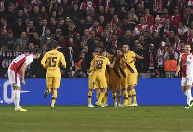 Los jugadores del Barcelona celebran el primer gol anotado ante Slavia de Praga. Foto. AFP